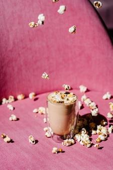 Кофе латте карамель и попкорн жесткий свет