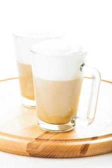 Кофе латте в стеклянных кружках на доске