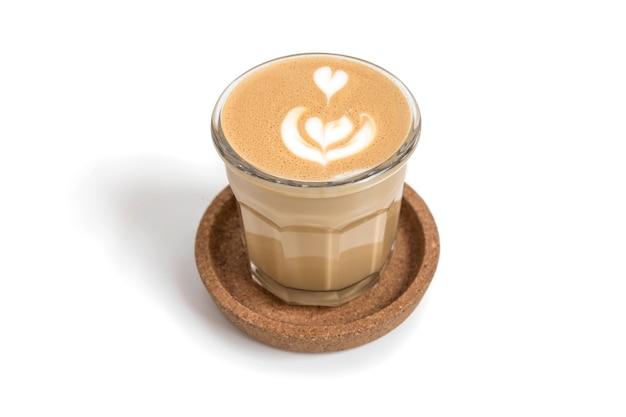 ラテアートとガラスのカップで分離されたコーヒーラテ
