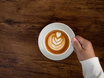 美しいラテ・アートを手にしたコーヒー・ラテ
