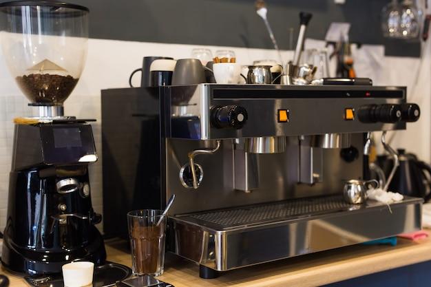 커피 숍에서 커피 머신. 음료와 커피 하우스 개념.