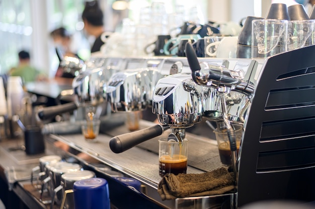 블랙 커피를 만들고 카페에서 컵에 붓는 커피 머신