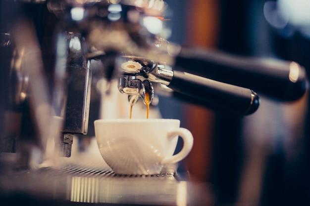 커피 머신 바에서 커피를 만드는