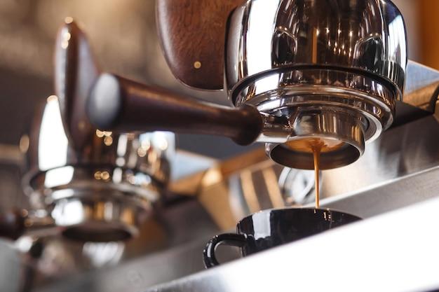 바닥이 없는 포터필터 커피 추출 델리시오를 통해 신선한 에스프레소를 준비하는 커피 머신...