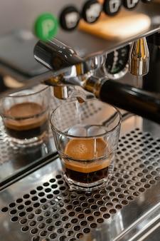 コーヒーショップの透明なガラスのコーヒーマシン