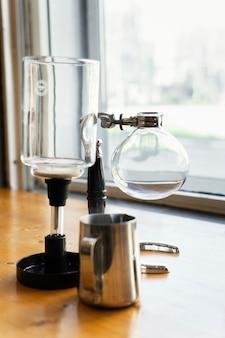 Кофеварка с водой и чашкой
