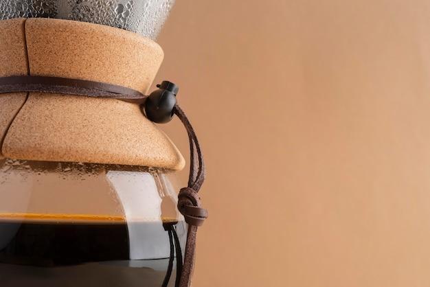 테이블에 커피 메이커 기계를 닫습니다.