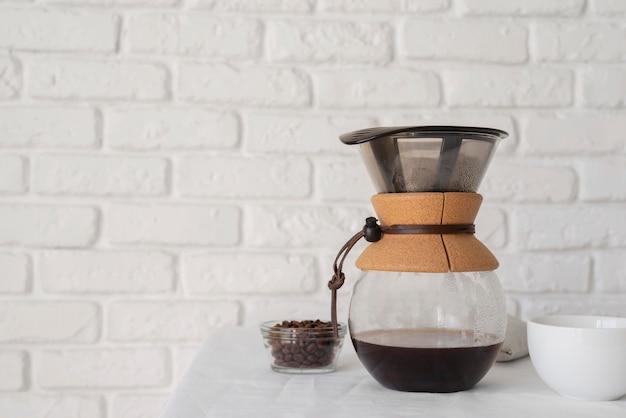 테이블에 커피 메이커 기계 프리미엄 사진