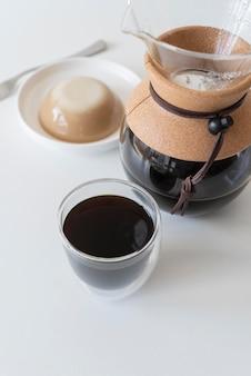 테이블에 커피 메이커 기계