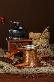 茶色の壁にコーヒーメーカー