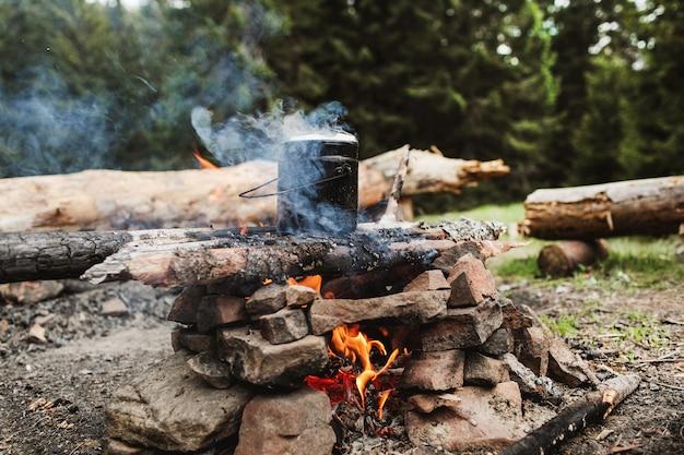 Кофеварка в огне в горах