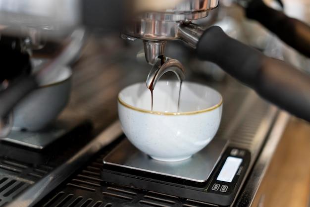 기계로 커피 만들기 개념