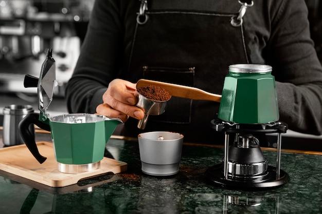 Расположение предметов для приготовления кофе