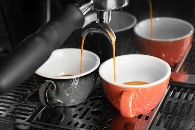 Приготовление кофе из чашек и машины