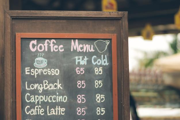 메뉴와 커피 가격이 있는 충격판으로 만든 커피 메뉴 레이블.