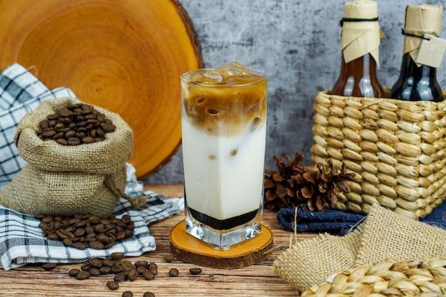 커피 숍에서 커피 우유 흑설탕 제품 컨셉 사진, 우유와 흑설탕으로 좋아하는 커피 블렌드 냄비를 추출하십시오.