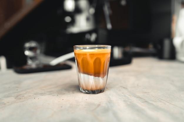 Кофейное молоко в стакане горячий кофе, кофе и молоко в стакане
