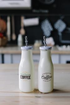 Кофе молочный коктейль в стеклянной бутылке утренний завтрак
