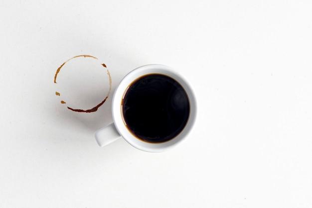 커피 모형. 빈 더러운 표면, 테이블에 에스프레소 또는 아메리카노 뜨거운 커피가 있는 흰색 세라믹 머그.