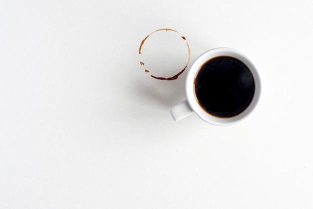 빈 더러운 표면에 에스프레소 또는 아메리카노 뜨거운 커피를 넣은 커피 모형 흰색 세라믹 머그
