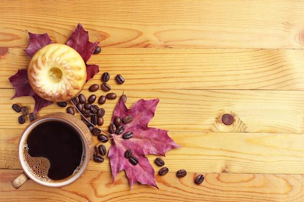 コーヒー、マフィン、木製のテーブルの紅葉