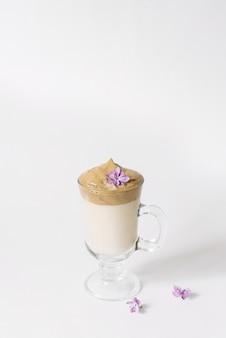 Кофейная кружка и сиреневые цветы