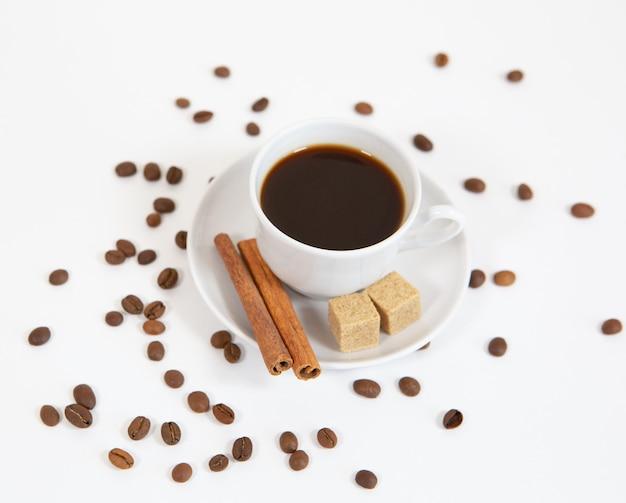 Кофейная кружка, корица, кофейные зерна, вид сверху ложка сахара