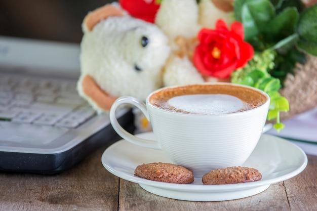 커피잔은 커피숍의 나무 테이블에 놓여 있습니다.