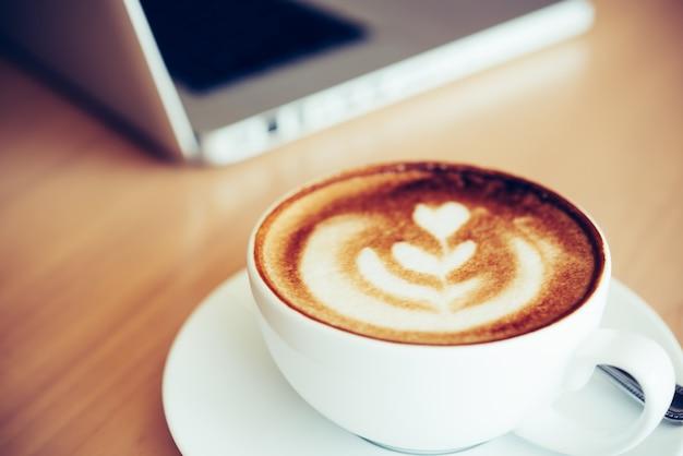机の上に置かれたコーヒーマグ