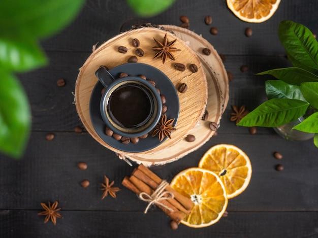 コーヒーマグは暗い素朴なテーブルの上に立って、上面図