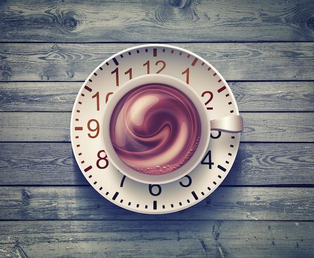 Кофейная кружка с часами на деревянной поверхности