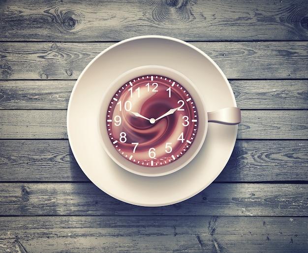 木製の表面に時計が付いているコーヒーマグ