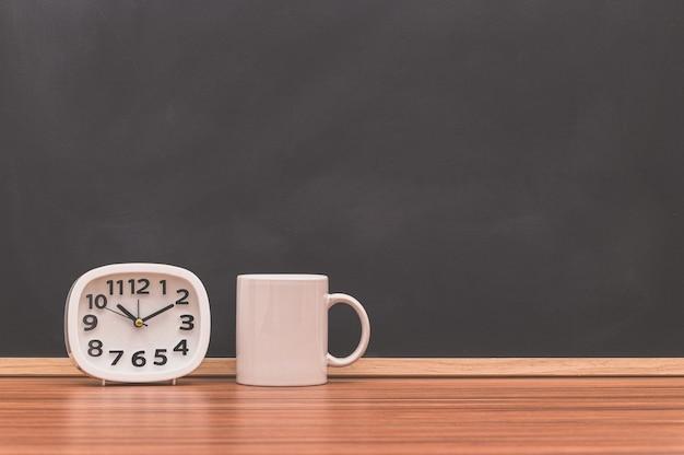 Кофейные кружки и часы. кофе идеи любви