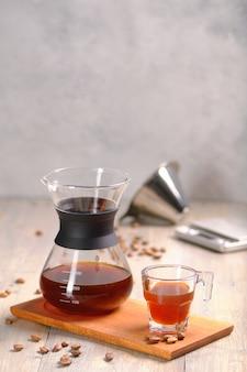 Кофе на деревянной доске в чашке