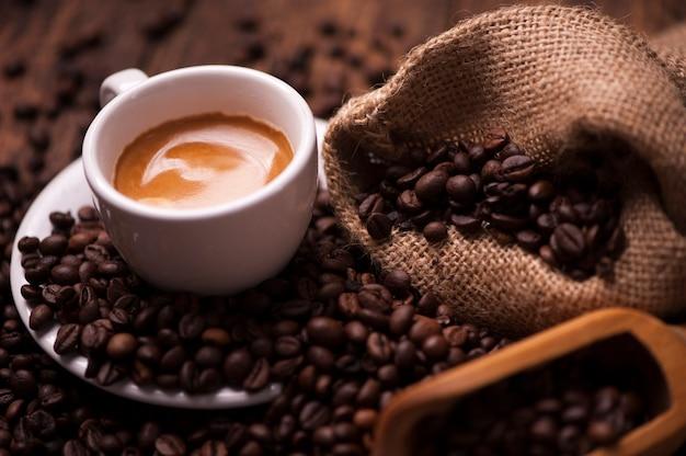 커피 콩 배경에 커피