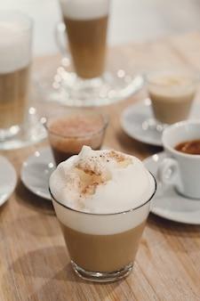 テーブルの上のテーブルの上のコーヒー
