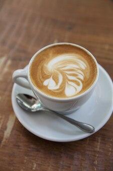 木の背景にコーヒー