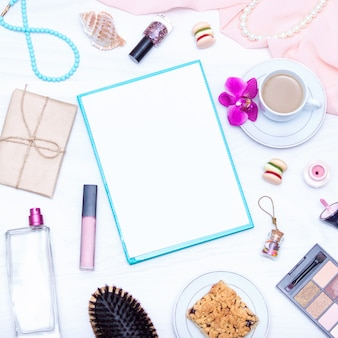 Кофе, бумажная заготовка, блеск для губ, украшения. плоская планировка, копирование пространства.