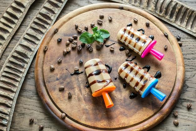 Кофейное фруктовое мороженое с шоколадной начинкой