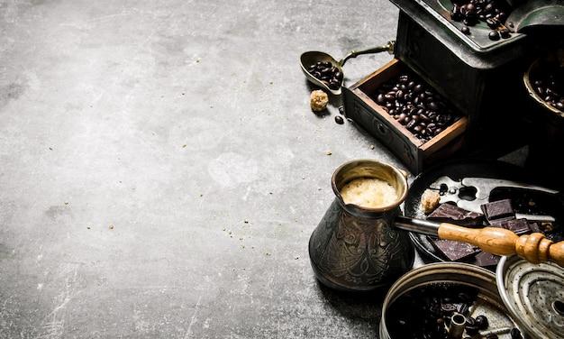 Кофейник и разные инструменты.