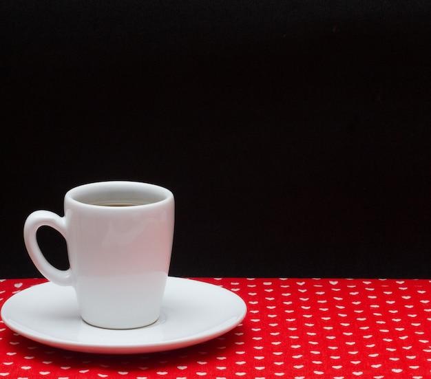 빨간 천 아래 커피 포트