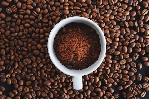 コーヒーカップのコーヒーパウダー