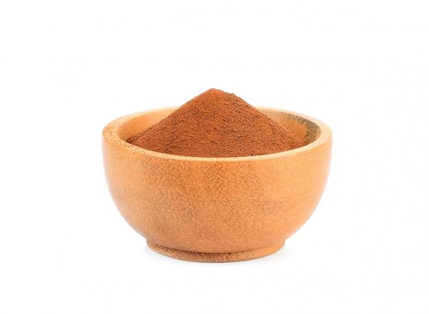 Кофейный порошок в деревянной миске