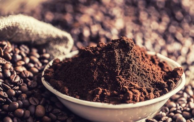 豆と白いボウルのコーヒー粉。