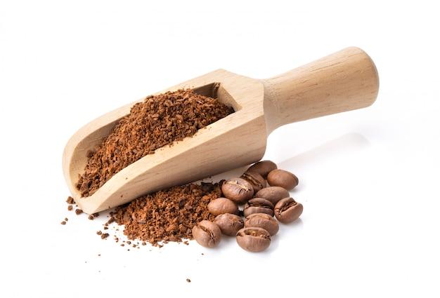 Кофейный порошок в деревянный ковш, изолированные на белом