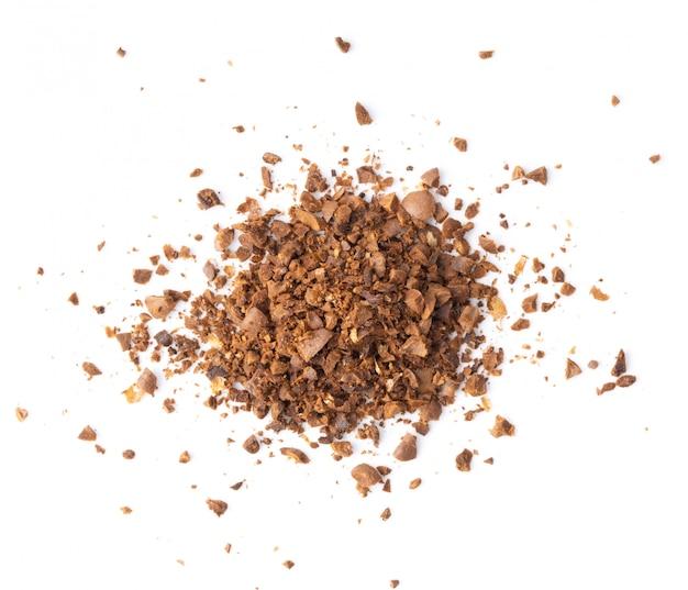 白で隔離されるコーヒーの粉