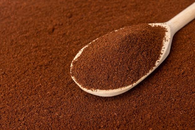 木のスプーンでコーヒーパウダー