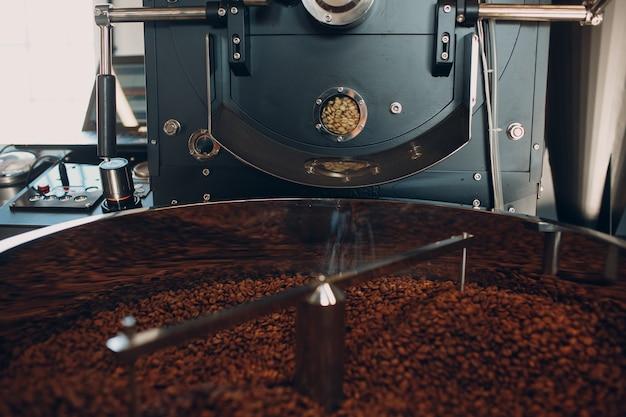 Машина для обжарки кофе в процессе обжарки кофе. смешивание кофейных зерен.