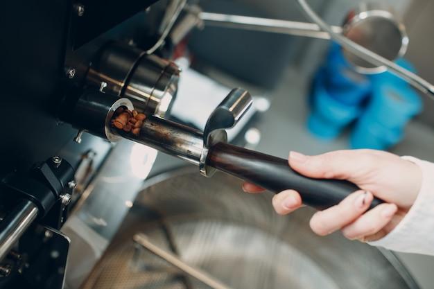Попытка обжарки кофе в процессе обжарки кофе