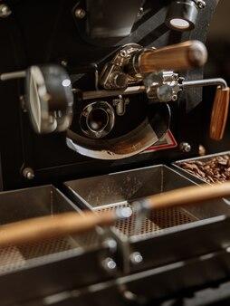 원두용 용기가 있는 커피 로스팅 머신